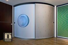 Der Fantasie bei der Gestaltung von runden Schiebetüren sind keine Grenzen gesetzt. Hier mit einem blauen Aufdruck oder einem Muster ausgeführt ist diese runde Schiebetür ein Raumtrenner vom Feinsten