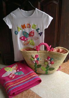 Conjunto formado por cesta-capazo, toalla grande (2 x 1 m aprox.) y camiseta, todo decorado con aplicación de flor de patch y personalizado. Ver la d