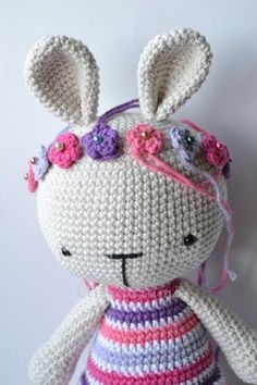 Es un Mundo Amigurumi: Patrón gratis!!! Conejita con Cintillo de Flores Crochet Bunny, Crochet Animals, Crochet Dolls, Crochet Hats, Kit Bebe, New Toys, Kawaii, Sewing Crafts, Free Pattern