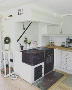 16 ohromujúcich kuchýň s pecou - BratislavaDen. Swedish Kitchen, Swedish House, Rustic Kitchen, Scandinavian Cottage, Fancy Houses, Compact Living, Small House Plans, Kitchen Essentials, Cool Kitchens