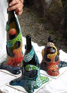 Joan Serinyà : BOTELLAS EN TRENCADIS Mosaicos Mosaic Crafts, Mosaic Art, Mosaic Glass, Glass Art, Glass Bottle Crafts, Wine Bottle Art, Mosaic Bottles, Recycled Wine Bottles, Altered Bottles