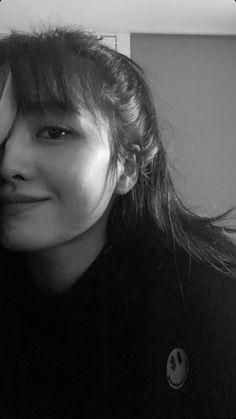 Momo Twice Selca K Pop, Kpop Girl Groups, Korean Girl Groups, Kpop Girls, Nayeon, Estilo Bad Boy, Rapper, Sea Wallpaper, Sana Momo