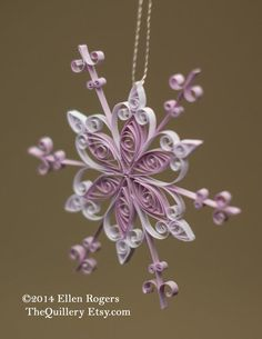 Snow crystal ornaments made with paper quilling. Paper quilling is an easy handicraft that wraps and cuts thin cut paper. You can make delicate and nice motifs.