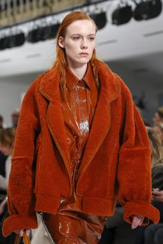 The complete Tod's Fall 2018 Ready-to-Wear fashion show now on Vogue Runway. Milan Fashion Weeks, Cheap Fashion, Fashion Show, Fashion Brands, Fashion Women, Women's Fashion, Fashion Details, Stylish Outfits, Ready To Wear
