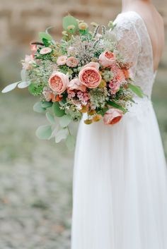 What a wonderful flower bouquet in peach&blush! Photography by Grace&Blush  More on our inspirationgallery http://wonderwed.de/inspiration #peach #flower #blush