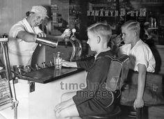 Schüler in einer Milchbar in Berlin, 1936 Timeline Classics/Timeline Images #Berlin #Germany #Third #Drittes #Reich #30er #30s #Erfrischung #Durst #Getränk #trinken #Drinks #drink #hot #summer #thirsty #durstig #historisch #historical #Milchbar #traditional #traditionell #retro #nostalgic