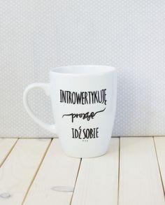 Kubek ręcznie malowany dla introwertyka Humor, Mugs, Tableware, Funny, Quotes, Diy, Porcelain Ceramics, Quotations, Dinnerware