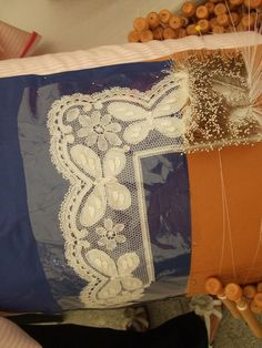 floral torchon?? hybrid of mesh grounded straight lace with floral design.?? Spanish