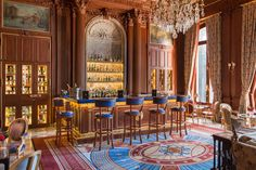 In Cercle de l'Union's bar, Paris, Molyneux combined warm wood boiserie with jewel tones of sapphire and garnet. Luxury Home Decor, Luxury Homes, Luxury Interior, New York Decor, Windsor House, Classic House, Art Deco Design, Elle Decor, Home Decor Styles