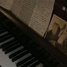 Night Aesthetic, Brown Aesthetic, Music Aesthetic, Aesthetic Photo, Aesthetic Pictures, Paradis Sombre, Piano, Images Esthétiques, Different Aesthetics
