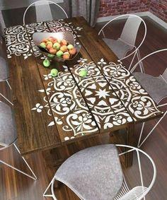 Pintura estêncil na mesa de jantar! {Fonte: HC Store} #inspiração #mesadejantar #madeira #inspiration #interiordesign #wood #diningroom #coolreference #arquiteturadeinteriores #homedecor #homedesign #furniture #homesweethome #diningtable #hcstorebr