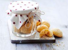 Hanna-tädin kakut kuuluvat monien suomalaisten jouluun. Vaaleat, puolipallon muotoiset pikkuleivät ovat kaikessa yksinkertaisuudessaan valloittavia. Tämä helppo ohje sopii konstailemattomuutensa vuoksi myös niille, jotka yleensä arastelevat pikkuleipien leipomista.