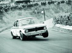 BMW 2002 tii na dobovém černobílém záběru