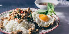 Traditionelles Rezept aus Thailand für Pad Krapao – würziges Hackfleisch mit Chilis, Thai-Basilikum und Spiegelei.