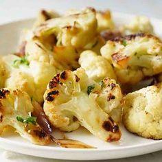 La coliflor asada se prepara con una receta sencilla, tiene un sabor más intenso, pocas calorías y puedes servirla sola o como guarnición de otros platos.