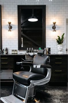 With a nod to family and community history and the traditional Japanese technique of Yakisugi, Garrison Neill creates Parker Barber in New Orleans, and ties for first runner-up in the 2018 Salons of the Year. Modern Barber Shop, Best Barber Shop, Barber Shop Interior, Barber Shop Decor, Beauty Salon Interior, Beauty Salon Design, Salon Interior Design, Barbershop Design, Modern Decor
