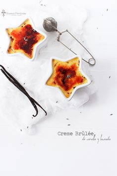 Creme Brûlée vanilla and lavender Just Desserts, Delicious Desserts, Dessert Recipes, Yummy Food, Creme Brulee Vanille, Yummy Treats, Sweet Treats, Panna Cotta, Food Inspiration