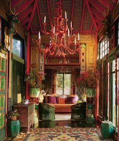 Интерьер ранчо Sortilegium: декор в китайском стиле, металлическая люстра выкрашена в коралловый цвет.