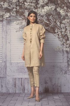 Perfect fusion style cropped nehru collar sherwani with cigarette pants.Formal color n structured garmentHow to Make a Ethnic Dress Modern ?NEXT– 15 Most Trendy and Comfortable Bridal Footwear PREVIOUS– 25 Fashionable Bell Sleeve tops of 2018 Whe Pakistani Fashion Casual, Pakistani Dresses Casual, Pakistani Dress Design, Indian Dresses, Indian Outfits, Indian Fashion, Eid Outfits, Kurti Designs Party Wear, Kurta Designs