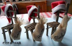 Segnaposti natalizi. La sedia di babbo Natale: realizzate con rametti, sacchetti in juta con nome scritto, cappello in panno.