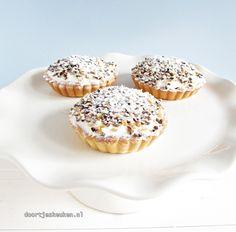 Ook zo gek op de Zwitserse roomvlaai? Wat dacht je van deze mini Zwitserse room vlaaitjes? Ontzettend lekker en romig! Kijk snel! Cookie Desserts, No Bake Desserts, Delicious Desserts, Dessert Recipes, Cake Recipes, Bake My Cake, Pie Cake, Mini Cakes, Cupcake Cakes