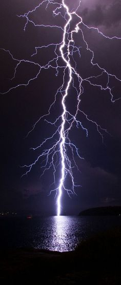 fierce lightning, onweer, storm over water All Nature, Science And Nature, Amazing Nature, Tornados, Thunderstorms, Fuerza Natural, Thunder And Lightning, Lightning Storms, Lightning Bolt