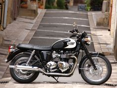 Triumph Bonneville T100 - Classic Sixties style wouldn't be complete without spoked wheels or peashooter exhausts that hark back to the very first Bonnevilles of 1959.