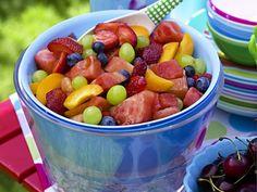 Leckerer Nachtisch krönt jedes Grillfest – Obstsalat ist der Klassiker.