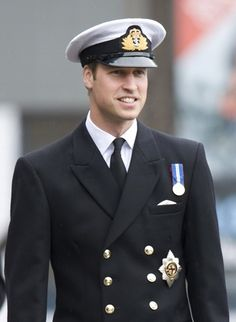 Prince William in Royal Navy uniform. William Y Kate, Prince William And Catherine, Prince Charles, King William, Prince Phillip, Lady Diana, Duchess Kate, Duke And Duchess, Duchess Of Cambridge
