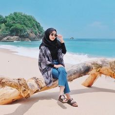 Hijab Look in Beach 😍 Hijab Fashion Summer, Modern Hijab Fashion, Hijab Fashion Inspiration, Muslim Fashion, Beach Fashion, Travel Fashion, Trendy Fashion, Womens Fashion, Hijab Casual