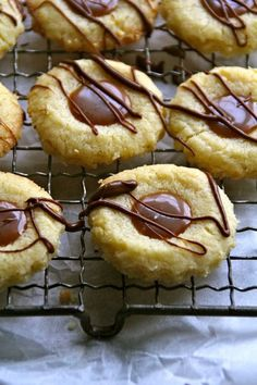 Cookies with caramel centers and chocoalte drizzle - min side Xmas Food, Christmas Baking, Cookie Desserts, Chocolate Desserts, Caramel Cookies, Biscuit Recipe, Bakery, Food And Drink, Cooking Recipes