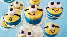 These Minion Cupcakes are fun, festive and easy to make! Minion Cupcakes, Minion Torte, Despicable Me Cupcakes, Kid Cupcakes, Yummy Cupcakes, Cupcake Cookies, Fancy Cupcakes, Easy Animal Cupcakes, Boy Birthday Cupcakes