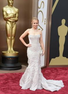 Kristen Bell in a Cavalli dress, a Ferragamo clutch, and Brian Atwood heels on the Oscars red carpet. Kristen Bell, Oscar Dresses, Evening Dresses, Oscar Gowns, Cate Blanchett, Armani Prive, Robes D'oscar, Beautiful Dresses, Nice Dresses