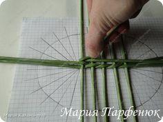 Papírfonás: ovális alap készítése - Színes Ötletek Cardboard Crafts, Paper Crafts, Paper Basket, Basket Weaving, Newspaper, Rattan, Blog, Magazine, Album