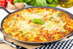 Préparation : 1. Préchauffez le four à 200 °C. 2. Dans un saladier, fouettez les oeufs avec la crème et le lait. Salez, poivrez, incorporez la farine et mélangez bien. 3. Égouttez le thon et émiett…