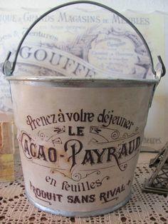 A lovely galvanized bucket. Pour les fleurs.