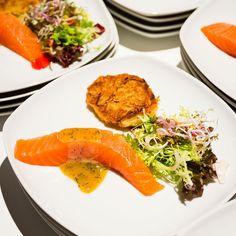 Unser Steckenpferd: @traiteur_wille s#hausgebeizter #gravlax mit Senf-Dillsoße, #Forellenkaviar und #kartoffelrösti #hausgemacht #homemade #bated #gastroblogger #instagood #foodies #foodblog #wedding #hochzeit #hamburg