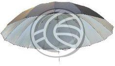 Paraguas reflector para usos profesionales en iluminación fotográfica de estudio. Se trata de un paraguas reflector de 140 cm de diámetro (desplegado) y mástil de 6 mm de diámetro. Se trata de un paraguas opaco con el interior reflector plateado y la parte exterior de color negro. Para ser utilizado como accesorio reflector en focos de estudio fotográfico. Modelo de grandes dimensiones de 16 varillas y 16 nervios de plástico flexible que le confieren una forma curvada perfecta.