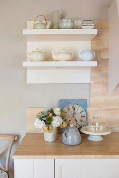 Una cucina romantica dal gusto country chic. Questa è una #Nuance #Decò, color #crema, con un #top in #travertino classico opaco. #auroracucine #aurora #cucine #cucina #country #chic #romantica