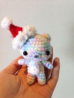 He encontrado este interesante anuncio de Etsy en https://www.etsy.com/es/listing/120442607/crochet-bear-keychain-amigurumi-kids-toy