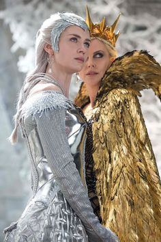 """Emily Blunt as the Ice Queen Freya and Charlize Theron as the evil Queen Ravenna from """"The Huntsman: Winter's War"""" Colleen Atwood, Charlize Theron, Bild Girls, Costume Original, Illustration Fantasy, Queen Ravenna, Snowwhite And The Huntsman, Evil Queens, Emily Blunt"""