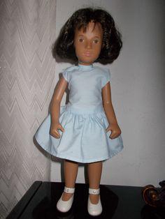 Mijn enige Sasha pop, (gekocht in ongeveer 1982) met het originele jurkje. Ze droeg nog een witte collant. De schoentjes zijn ook origineel ontworpen voor de Sasha-poppen. De haren heb ik zelf op schouderlengte geknipt omdat het onderaan niet meer glansde.