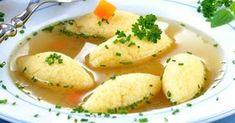 """Supa cu găluște de post se face simplu și rapid și este extrem de gustoasă. Normal că gustul și consistența găluștelor de post diferă de cele """"de dulce"""", dar asta nu le face mai puțin gustoase, dincontra! Ingrediente: 2 morcovi, 2 cepe, 1 păstârnac, 1 țelină Pentru găluște: 4 linguri de făină, 4 l Romanian Food, Jamie Oliver, Food Categories, Slow Food, Raw Vegan, Carne, Cantaloupe, Potato Salad, Vegan Recipes"""