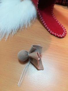 Tutorial -Skrzat świąteczny – krok po kroku – Złoty Naparstek – Kursy Szycia Christmas Gnome, Christmas Crafts, Christmas Decorations, Christmas Ornaments, Gnome Tutorial, Sewing Projects, Projects To Try, Kobold, Natural Christmas