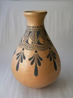 40 More Pottery Painting Ideas and Crafts Because in that case, you can turn to pottery painting ideas and designs. The idea of getting involved in pottery painting ideas and crafts. Pottery Painting Designs, Pottery Designs, Paint Designs, Painted Flower Pots, Painted Pots, Painted Bottles, Bottle Painting, Bottle Art, Pottery Vase