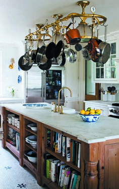 BELLE VIVIR -Decorating Ideas, Interior Design Inspirations and Fashion Latest. : Kitchen of the week: A Classic Kitchen Classic Kitchen, New Kitchen, Kitchen Dining, Kitchen Decor, Kitchen Storage, Cookbook Storage, Country Kitchen, Kitchen Ideas, Cocina Office