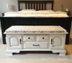 https://i.pinimg.com/236x/67/37/e6/6737e6e852db435e7163063c3033159c--bedroom-chest-bedroom-benches.jpg