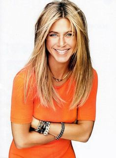 Happy Birthday to the gorgeous Jennifer Aniston! For most of us, Jennifer Aniston came into our lives as Rachel Green on Friends from 1994 to 2004 which earned her an Emmy Award, a Golden Globe Award, and a Screen. Jennifer Aniston Workout, Jennifer Aniston Style, Jennifer Aniston Pictures, Jennifer Aniston Hairstyles, Jennifer Aniston Hair Friends, Jennifer Aniston Makeup, Jeniffer Aniston, Corte Y Color, Brown Blonde Hair