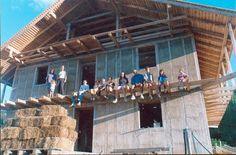 *** La technique de construction en ballots de paille dite «du GREB», a été développée par Patrick Déry et Martin Simard au milieu des années 1990. De nombreuses constructions ont été réalisées selon cette technique aussi bien au Québec qu'en France. Le GREB s'est mérité pour celle-ci le prix Efficacité énergétique de la Chambre de commerce de La Baie en 2002 et a été finaliste aux Mercuriades 2002 de la Chambre de commerce du Québec dans la même catégorie.