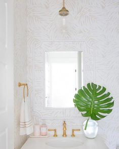 The bathroom is an essential part of the house, where it is good to take care of yourself and relax to fill with serenity. Discover our instructions for a Zen bathroom with our 8 decorating ideas: you have beautiful hours… Continue Reading → Beach House Bathroom, Zen Bathroom, Bathroom Plants, White Bathroom, Bathroom Ideas, Master Bathroom, Relaxing Bathroom Wallpaper, Bathroom Canvas, Downstairs Bathroom